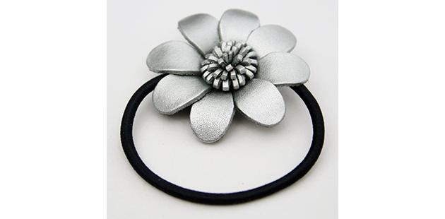 hårelastik med blomst
